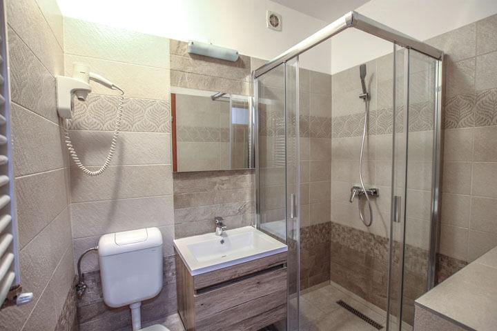 Best Apartman Hajdúszoboszló szállás C-5 apartman zuhanyzó